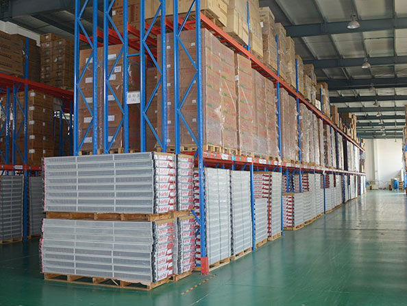 3 advantages of reserved safe distance for the heavy duty warehouse rack